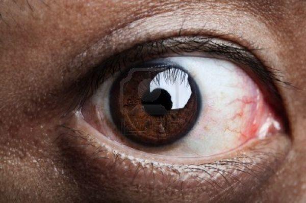 7242971-cerrar-el-ojo-humano-mirando-a-la-camara
